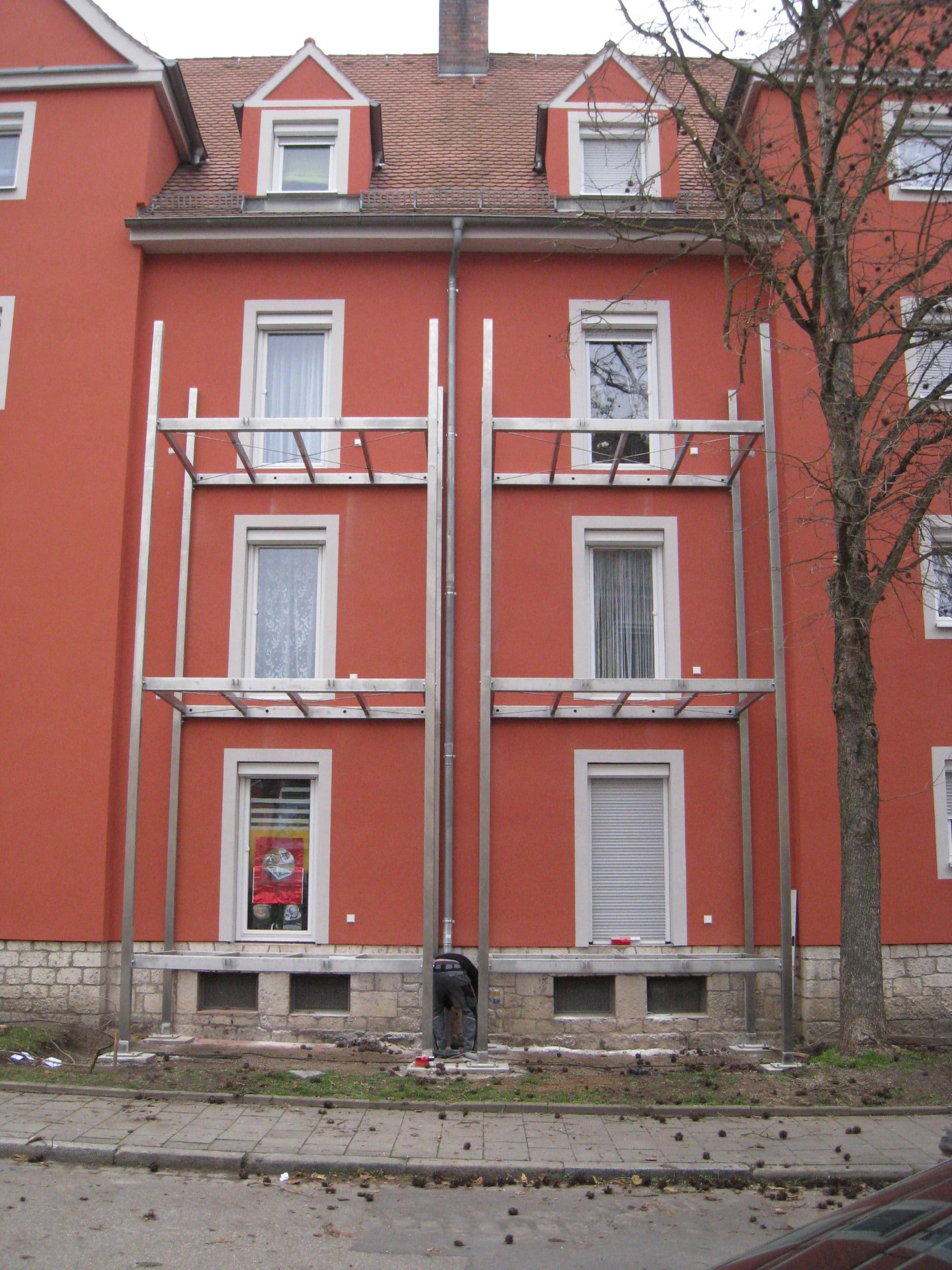 Montage von 3-stöckigen Balkontürmen in Regensburg (frontale Ansicht)
