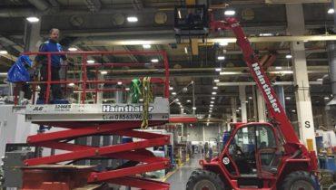 Arbeiten in einer Stahlhalle